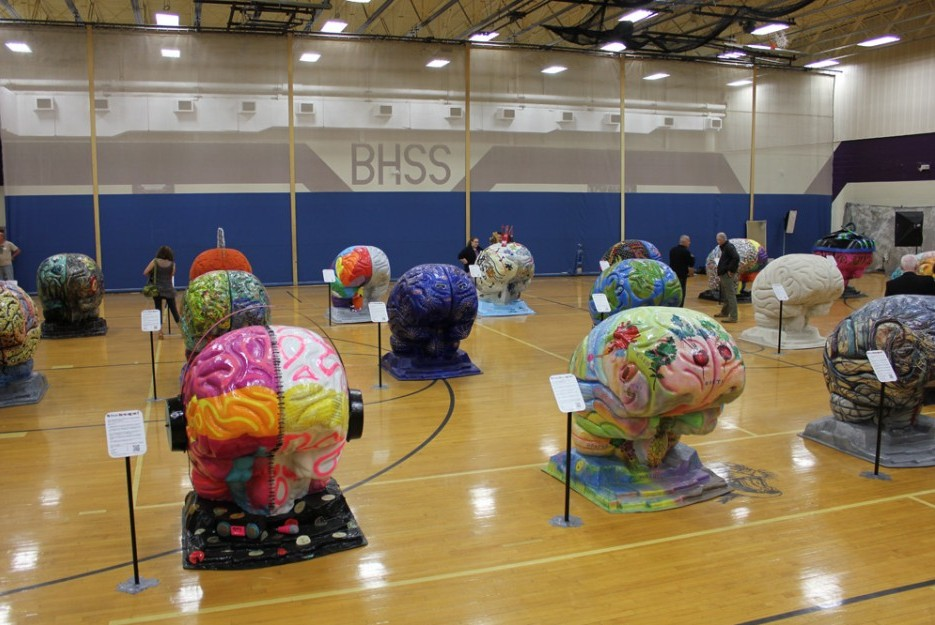 a gymnaisum full of large fiberglass brains each decorated individually