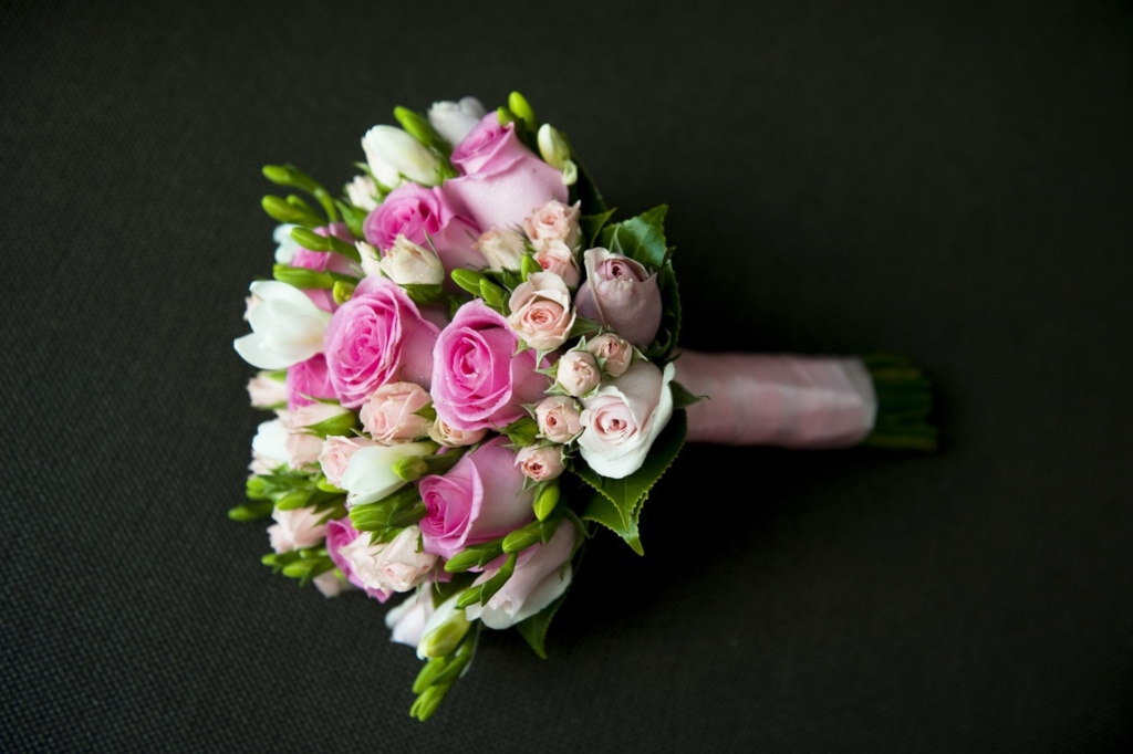 wedding-bouquets_roses-w-ribbon.jpg