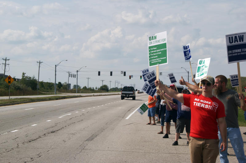 UAW members picket outside the General Motor's Fort Wayne Assembly on Sept. 21.
