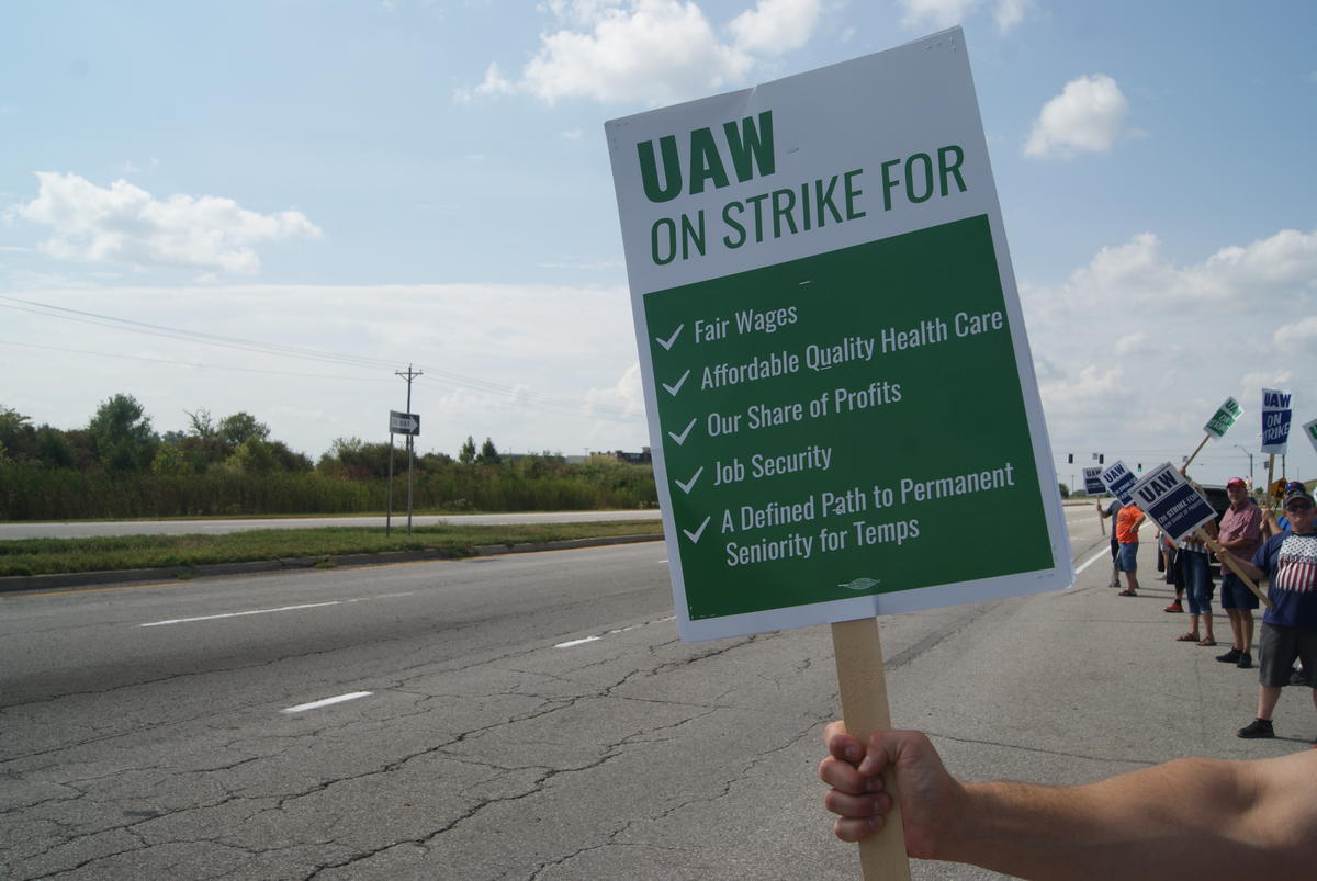 UAW Local 2209 members and supporters picket outside General Motors Fort Wayne Assembly plant Fall 2019.