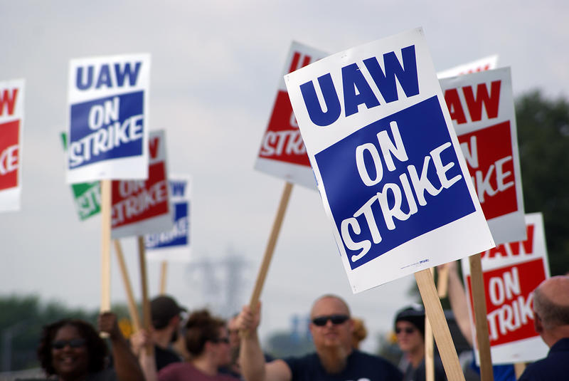 UAW members at GM's Fort Wayne Assembly plant picket