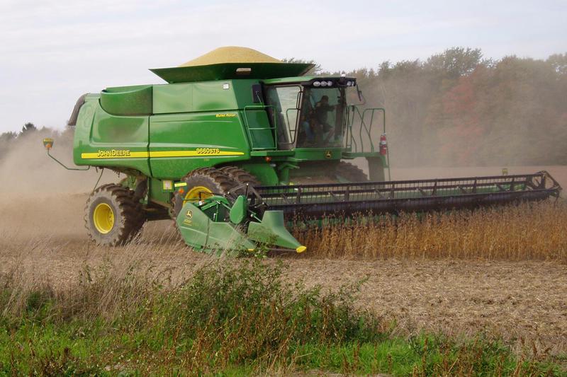 Harvesting_soybeans-Wikimedia.jpg