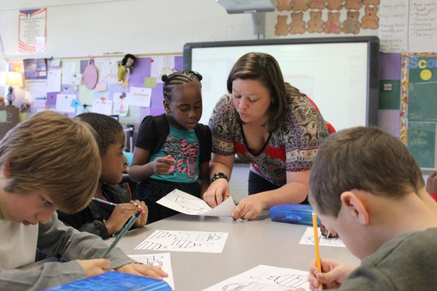 First grade teacher Lindsey Heisler works with students at the Evans School in Evansville, IN. (Peter Balonon-Rosen/StateImpact)