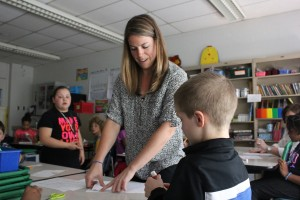 Fourth grade math teacher Larysa Euteneur helps students with an exercise at Evans School. (Peter Balonon-Rosen/StateImpact)