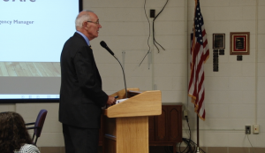Emergency Manager Steve Edwards gives a report to the MCS school board. (Tony Sandleben/IPR)