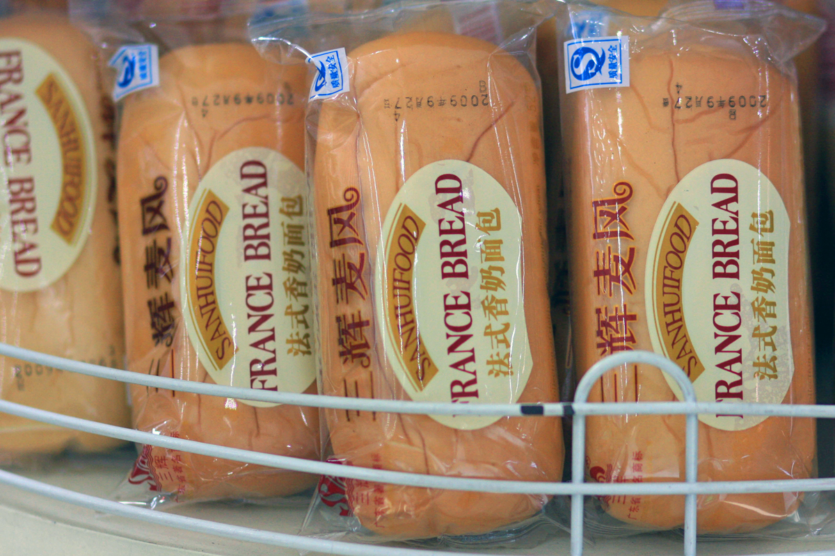 packages french bread with Chinese label