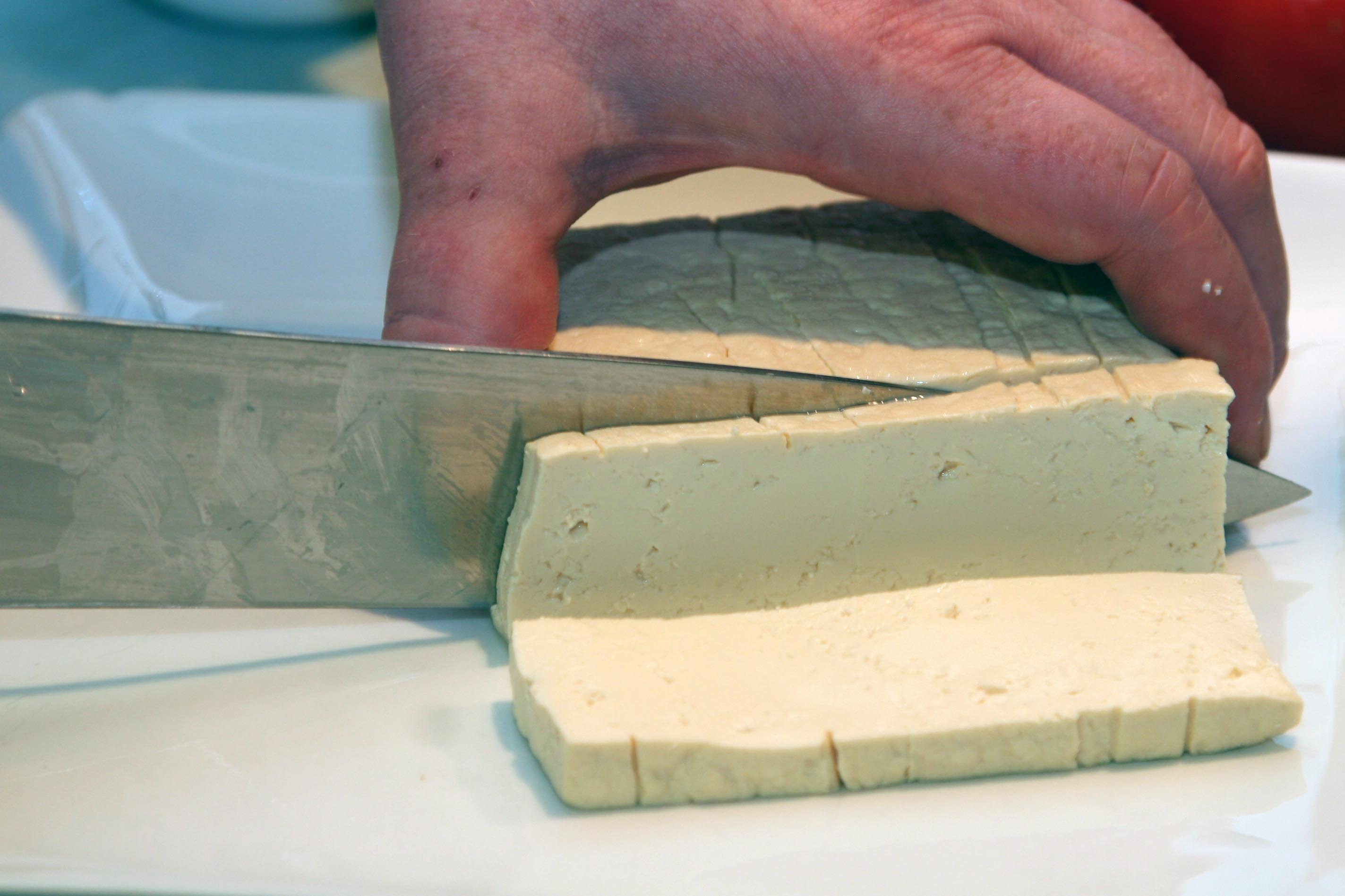 slicing tofu