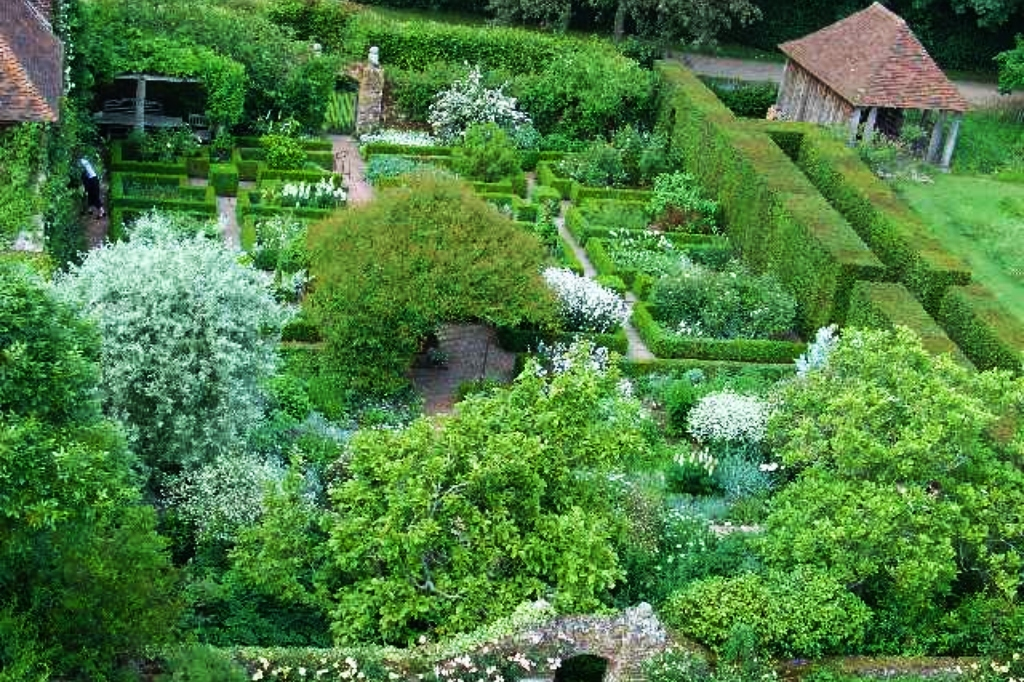 The White Garden at Sissinghurst. (Pete Chapman / Wikimedia Commons)