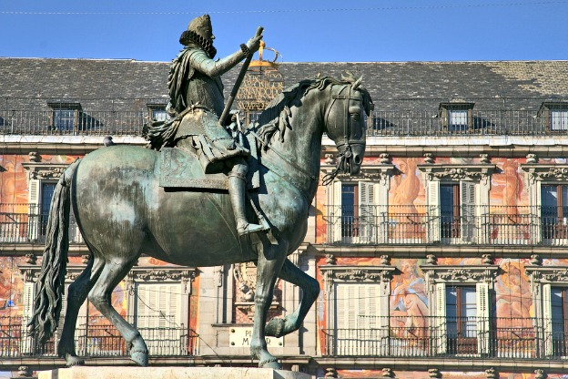 Mayor square in Madrid features an equestrian statue of the Spanish King Felipe III, constructed in 1616 by the Italian sculptors Giovanni de Bologna and his apprentice Pietro Tacca.