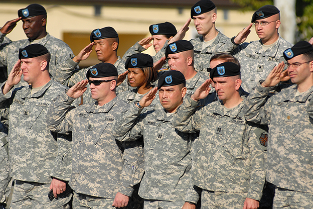 Soldiers pay tribute to US veterans.